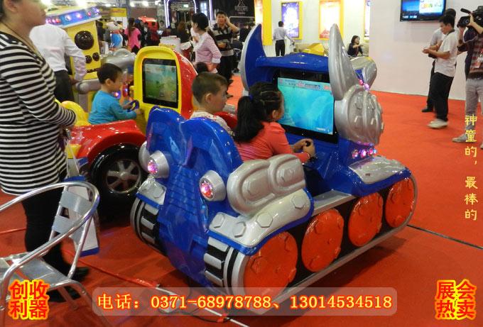儿童在玩超级大坦克新款游戏摇摆机