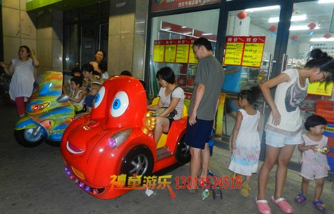 某超市门口的哈哈赛车互动游戏摇摆机